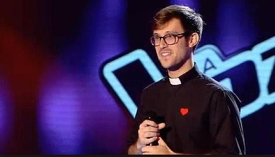 The Voice, dopo Suor Cristina ecco Padre Damian: canta Robbie Williams VIDEO