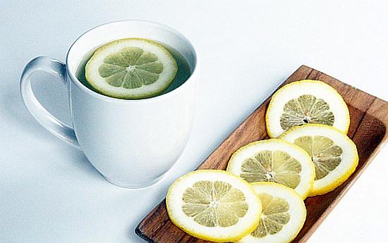 Acqua e limone, tutte le proprietà del segreto delle star