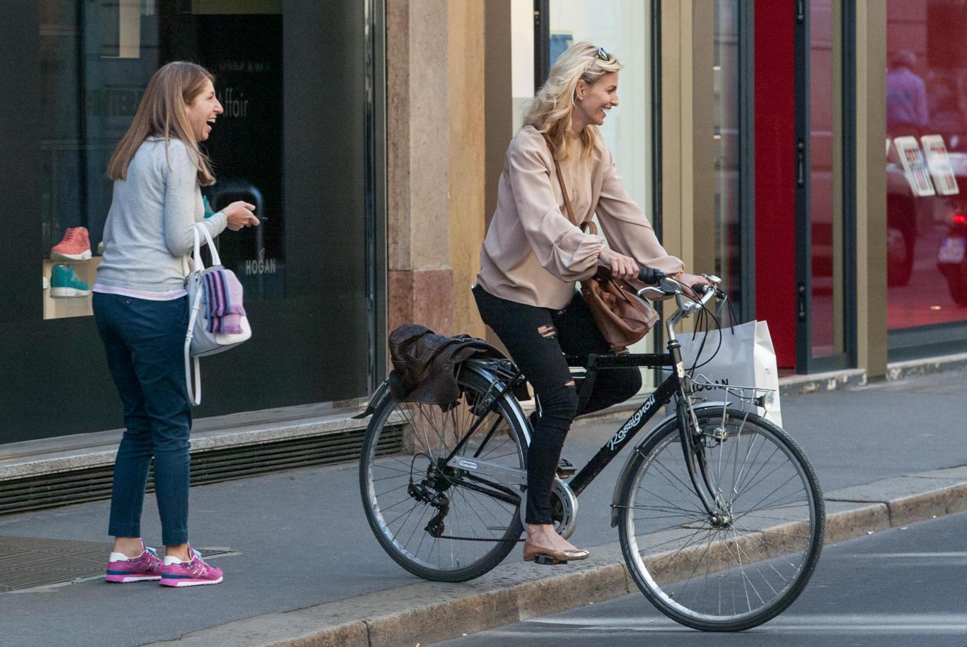 Federica Fontana in bicicletta, ma lo shopping è di lusso 13