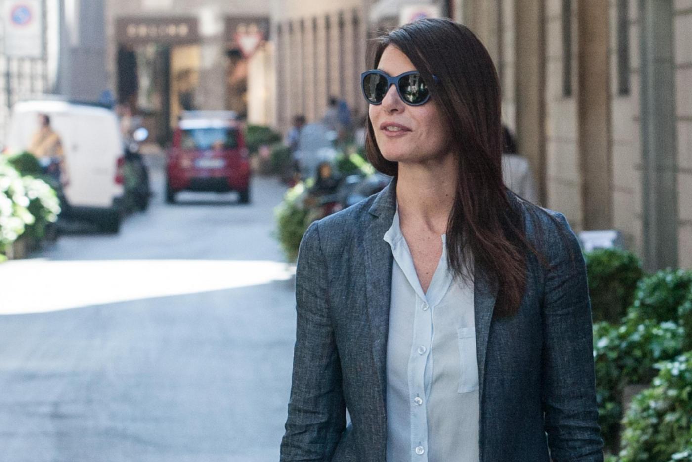 Ilaria D'Amico, shopping con l'amica a via Montenapoleone15