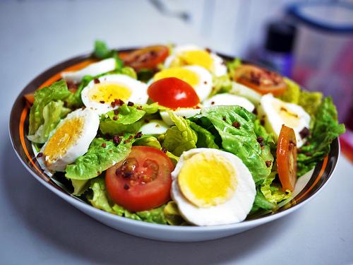 Insalata e verdura, con le uova più ricche di antiossidanti