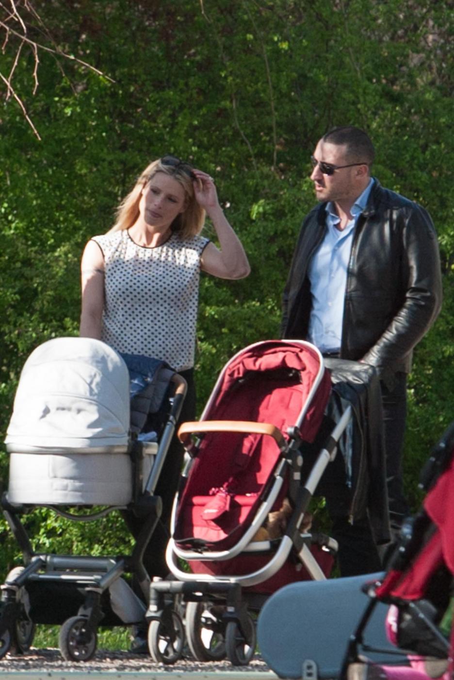 Michelle Hunizker al parco con le figlie Sole e Celeste010