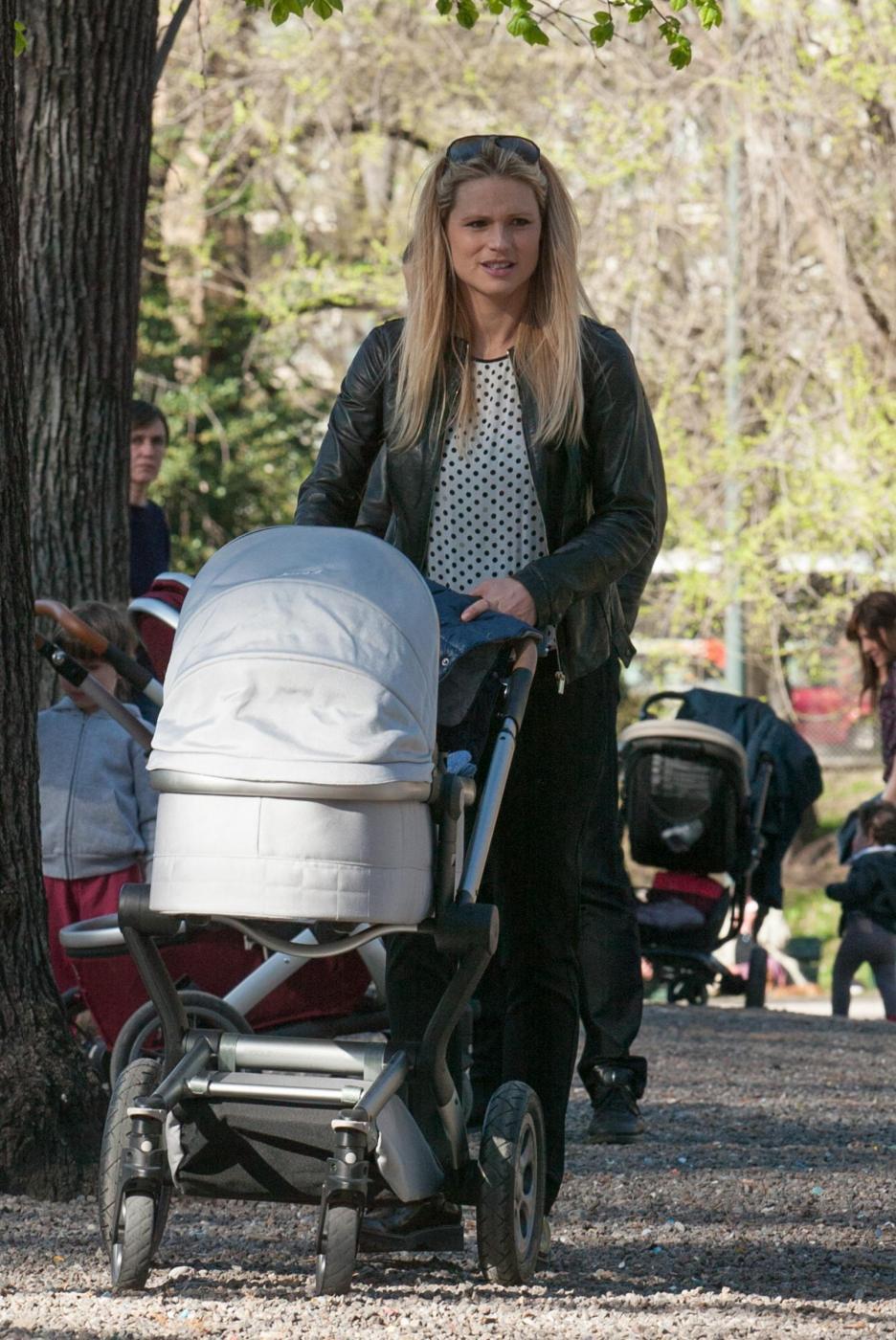 Michelle Hunizker al parco con le figlie Sole e Celeste011