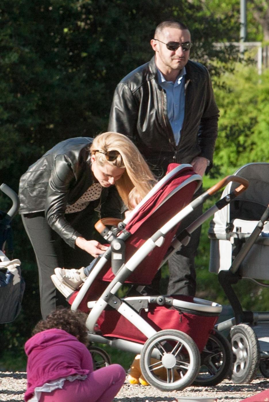 Michelle Hunizker al parco con le figlie Sole e Celeste012