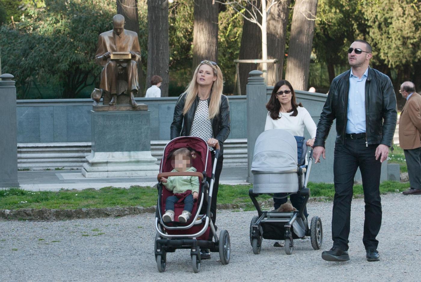 Michelle Hunizker al parco con le figlie Sole e Celeste013