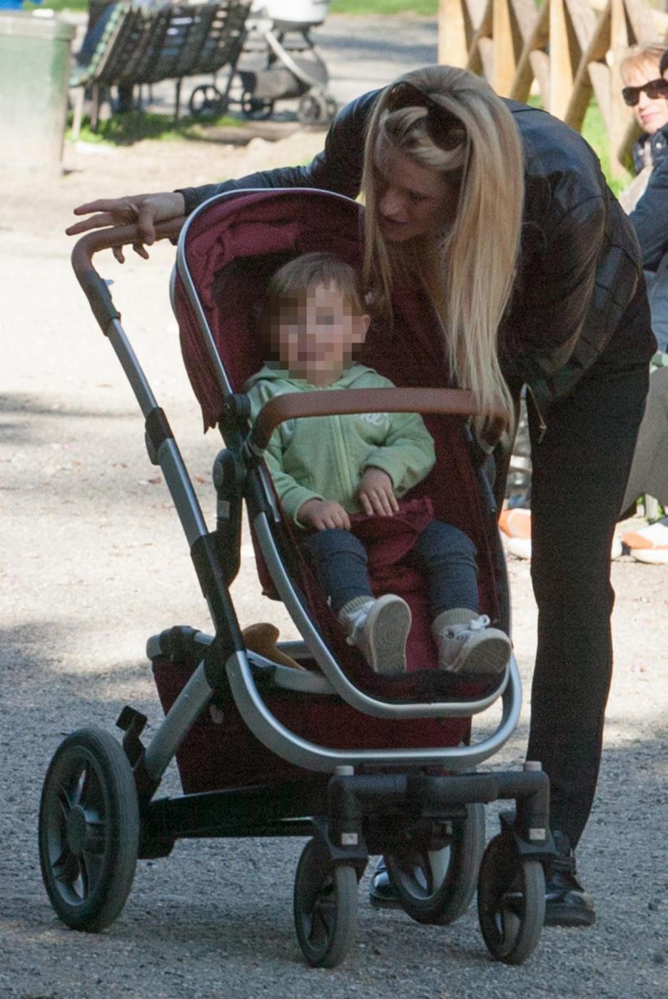 Michelle Hunizker al parco con le figlie Sole e Celeste0616