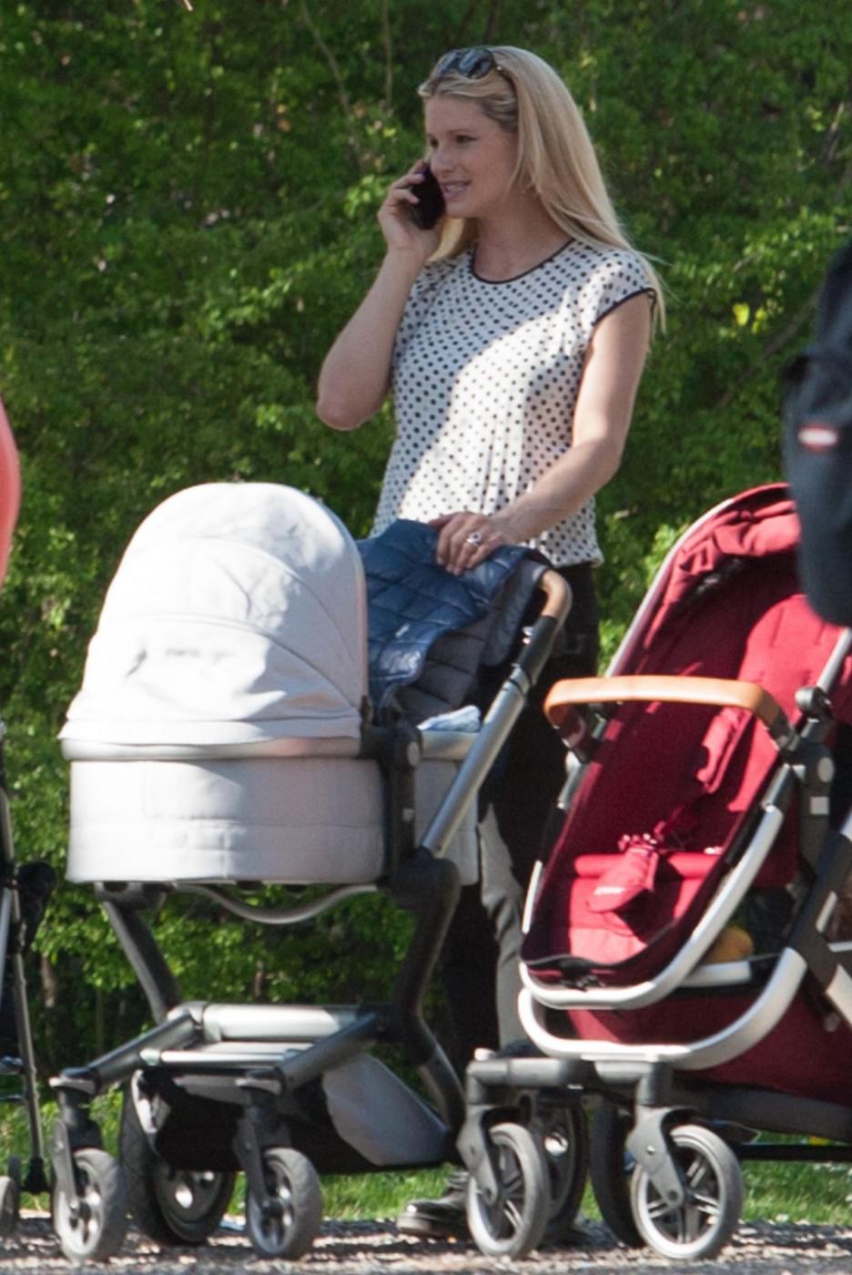 Michelle Hunizker al parco con le figlie Sole e Celeste015