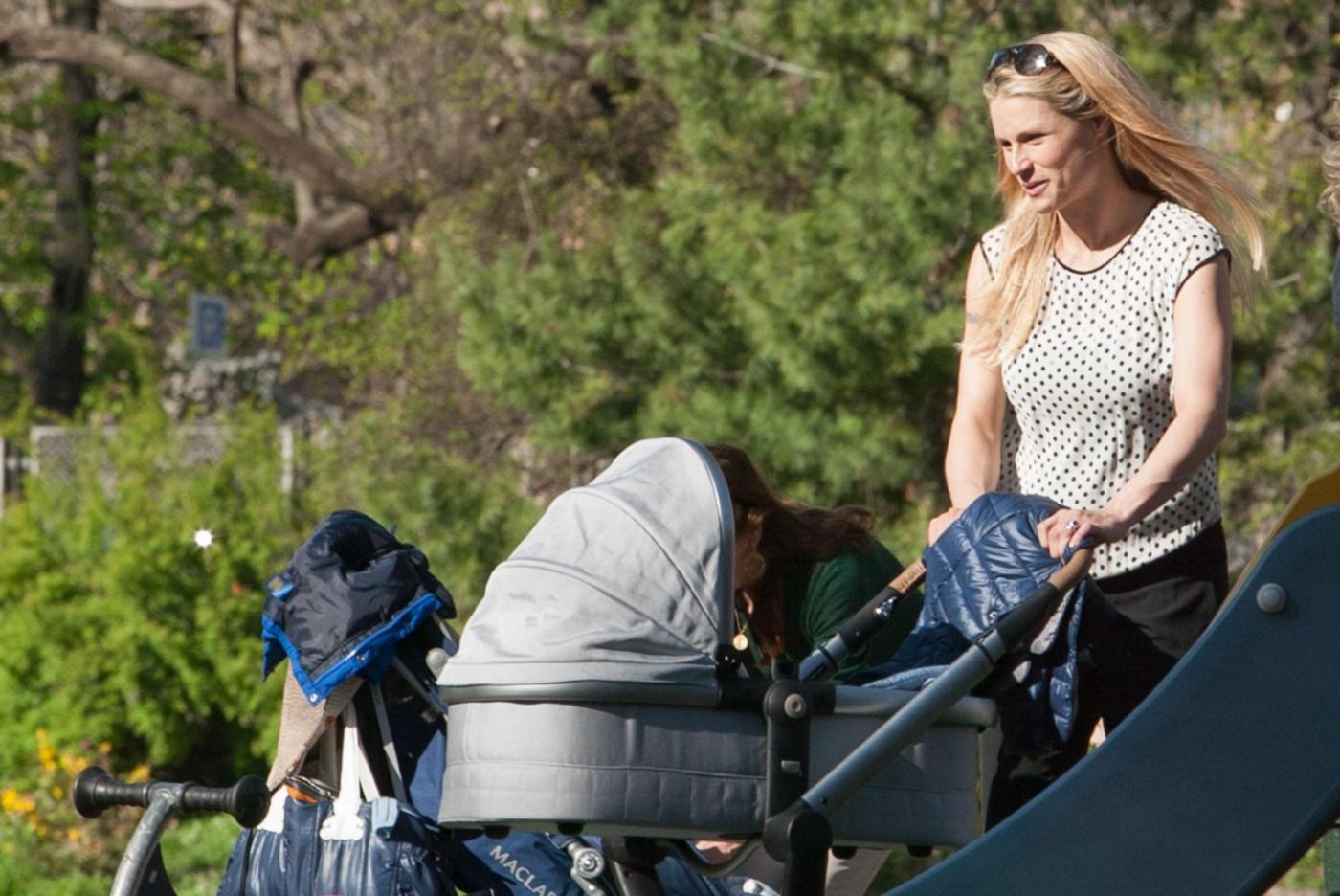 Michelle Hunizker al parco con le figlie Sole e Celeste02