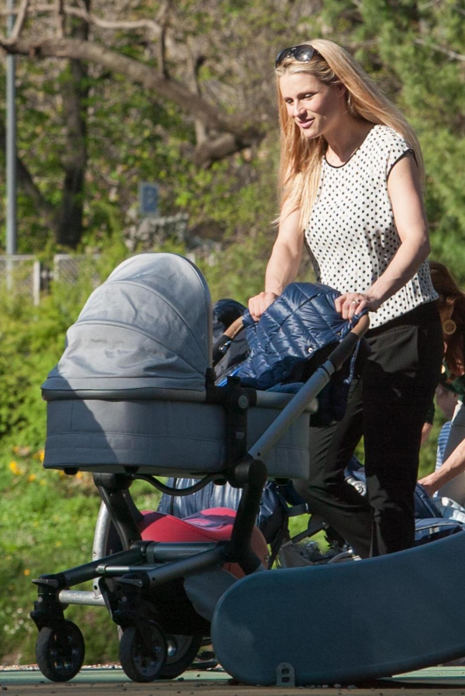 Michelle Hunizker al parco con le figlie Sole e Celeste03