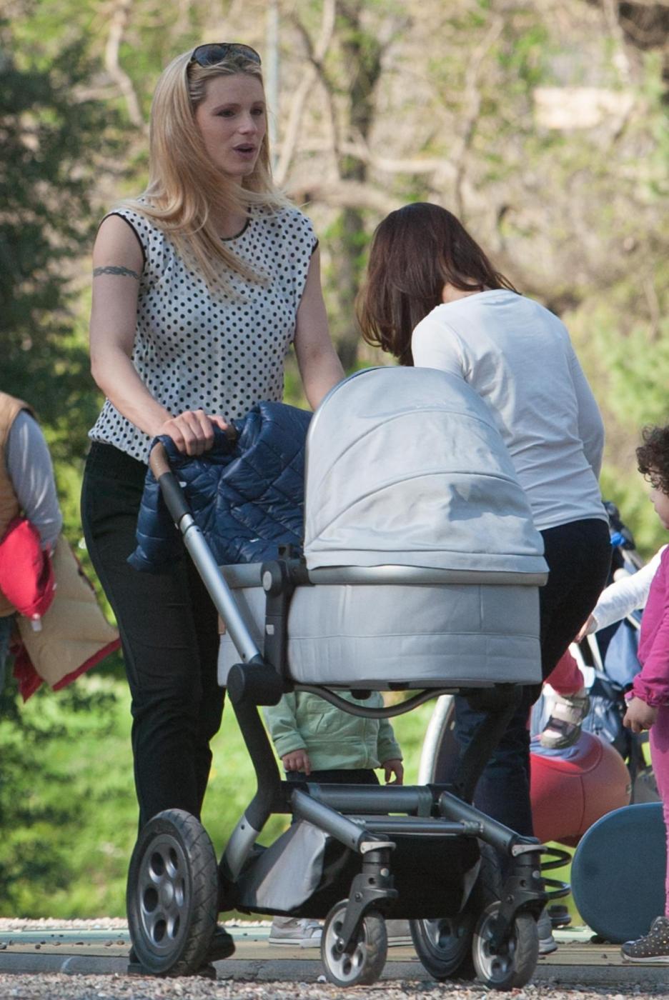 Michelle Hunizker al parco con le figlie Sole e Celeste04