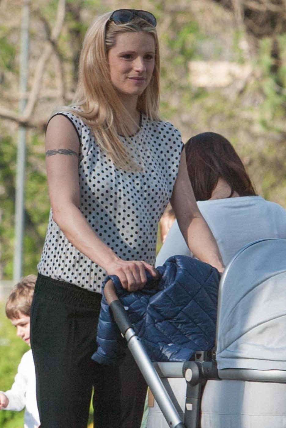 Michelle Hunizker al parco con le figlie Sole e Celeste06