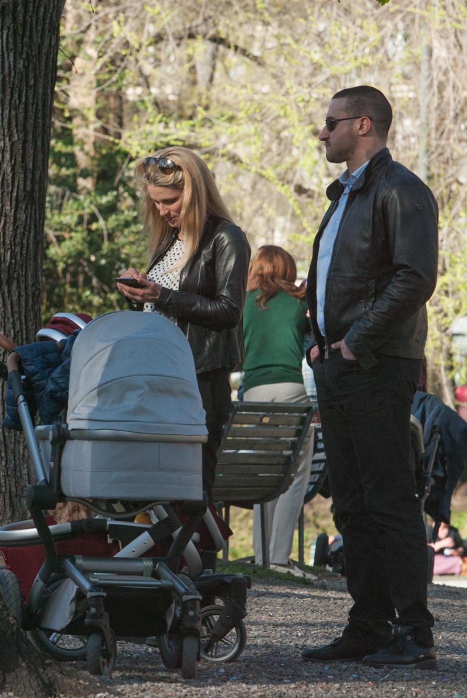 Michelle Hunizker al parco con le figlie Sole e Celeste08