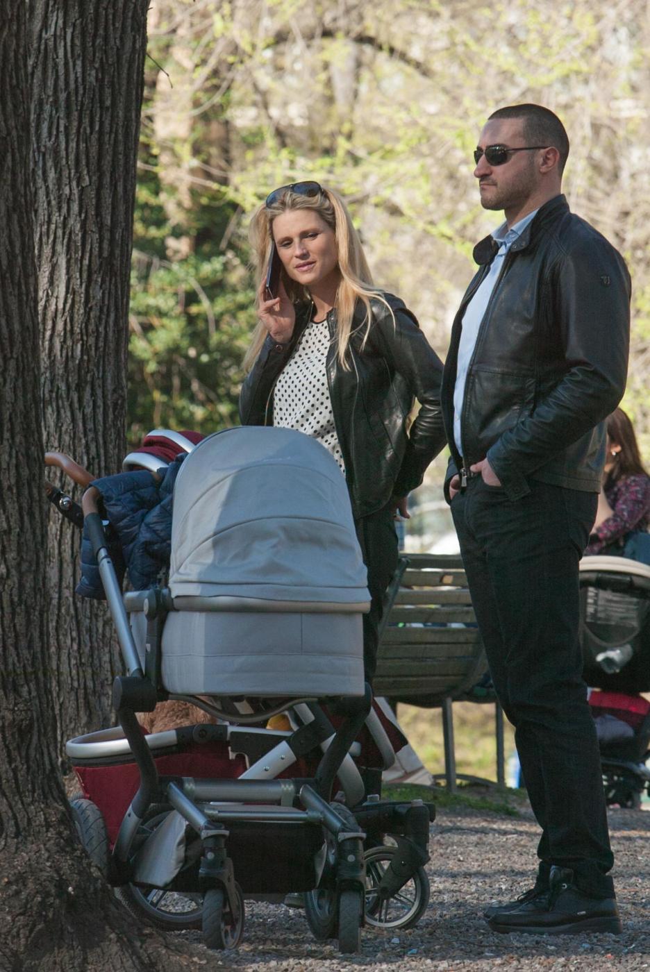 Michelle Hunizker al parco con le figlie Sole e Celeste09