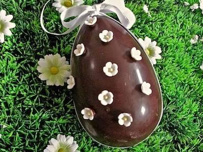 Come fare le uova di Pasqua in casa, con tanto di sorpresa all'interno