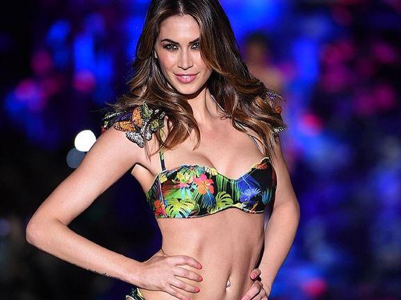 Melissa Satta torna in passerella: sexy bikini per Calzedonia