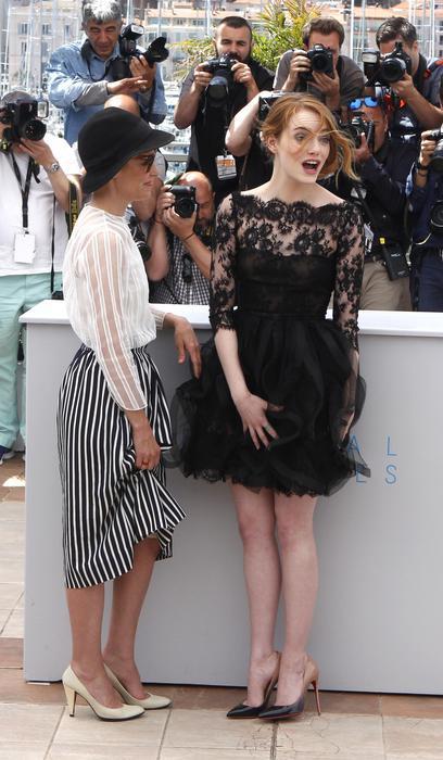 Cannes 2015, Emma Stone: vento alza l'abito dell'attrice FOTO