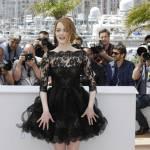Cannes 2015, Emma Stone: vento alza l'abito dell'attrice FOTO 1