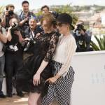 Cannes 2015, Emma Stone: vento alza l'abito dell'attrice FOTO 3