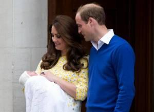 Kate Middleton, abiti post parto a confronto: azzurro per George, fiorato per Charlotte
