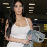 Kim Kardashian, sexy abito bianco all'aeroporto di Los Angeles FOTO 20