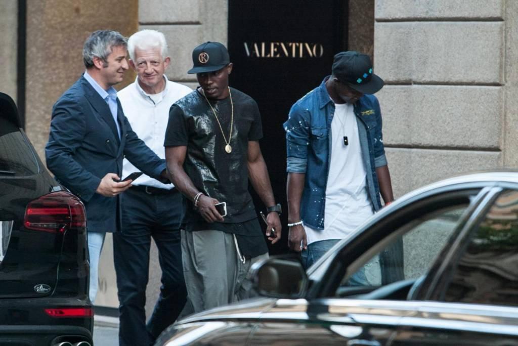 Asamoah e il fratellino calciatore in centro a Milano14