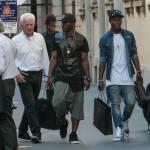 Asamoah e il fratellino calciatore in centro a Milano12