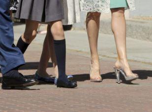 Letizia Ortiz di Spagna, scarpe trasparenti con tacco alla comunione della figlia FOTO