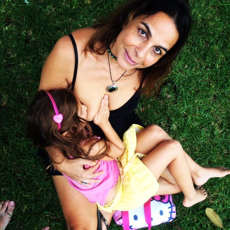 Allatta al seno la figlia di 6 anni: la scelta insolita di una mamma 52enne