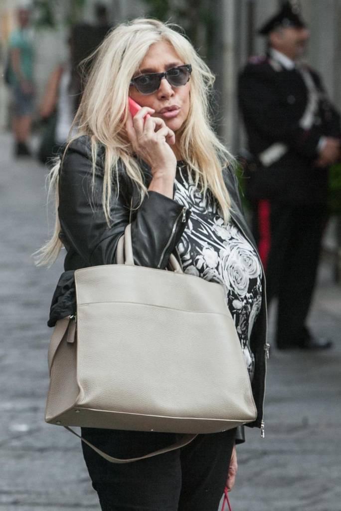 Mara Venier, shopping e sorrisi in via Montenapoleone