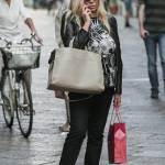 Mara Venier, shopping e sorrisi in via Montenapoleone05