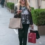 Mara Venier, shopping e sorrisi in via Montenapoleone06