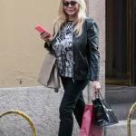 Mara Venier, shopping e sorrisi in via Montenapoleone07