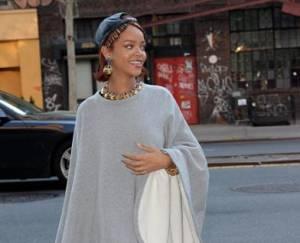Rihanna a passeggio per New York con poncho grigio e cappello FOTO