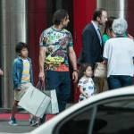 Amauri e famiglia per le vie di Milano: a passeggio con una montagna di borse