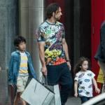 Amauri e famiglia per le vie di Milano: a passeggio con una montagna di borse07
