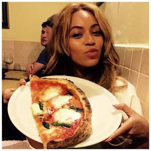 Beyoncé in vacanza a Firenze: pizza e selfie sull'Arno con Jay-Z e Blue Ivy 07