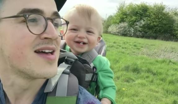 Papà soffia un dente di leone: il piccolo Buzz ride a crepapelle VIDEO