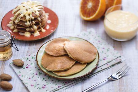 Ricette di dolci: pancake alla mandorla con crema all'arancia