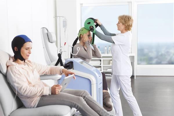 Tumori, un caschetto per salvare i capelli durante la chemioterapia