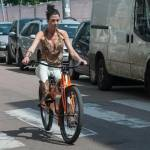 Federica Torti scollatissima: in moto con un amico per le vie di Milano15