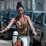 Federica Torti scollatissima: in moto con un amico per le vie di Milano22