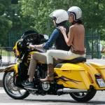 Federica Torti scollatissima: in moto con un amico per le vie di Milano10