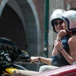 Federica Torti scollatissima: in moto con un amico per le vie di Milano08