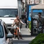 Federica Torti scollatissima: in moto con un amico per le vie di Milano06
