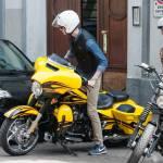 Federica Torti scollatissima: in moto con un amico per le vie di Milano16