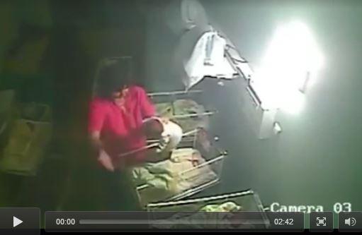 VIDEO shock: infermiera picchia neonata per farlo smettere di piangere