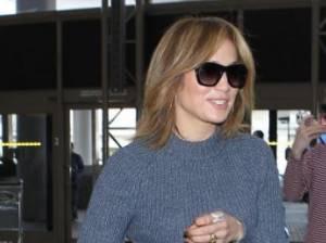 Jennifer Lopez sempre più curvy: pantaloni bianchi e tacchi