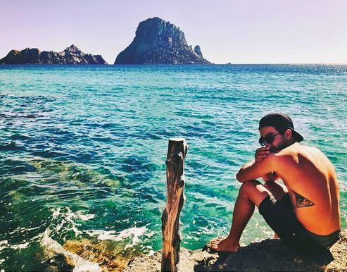 Uomini e Donne, Jonas Berami e Rama Lila si sono lasciati. Lui si consola a Ibiza 3