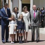 Letizia Ortiz di Spagna, scarpe trasparenti con tacco alla comunione della figlia FOTO 7