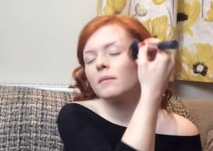 Lucy Edwards, make up artist cieca star di YouTube VIDEO
